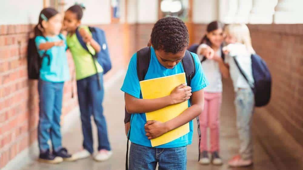 Niño recibiendo maltrato de sus compañeros de colegio