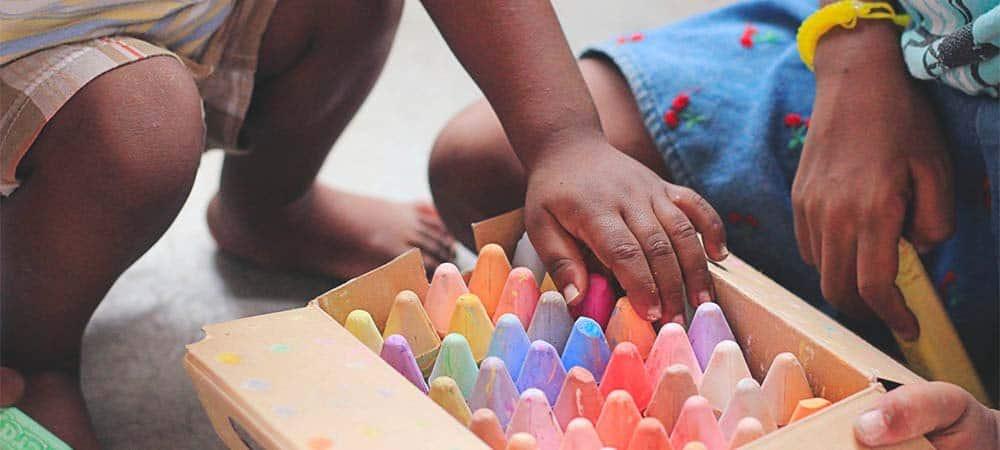 manos de niños con crayones en terapia infantil