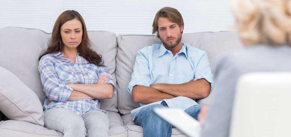 hombre y mujer molestos en sillon de terapia para parejas