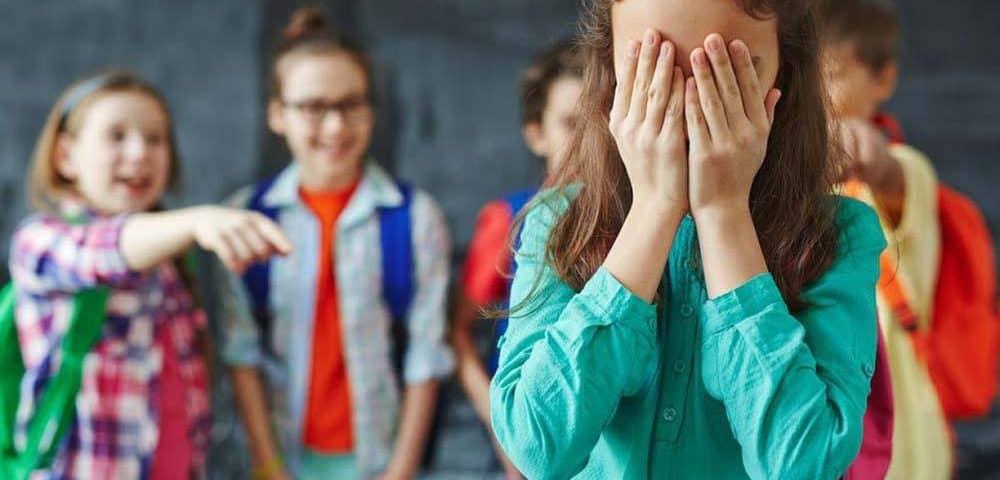 Niña siendo molestada por sus compañeros de colegio