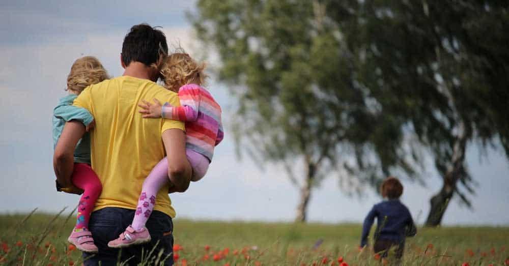 Padre con sus hijos enfrentando crisis