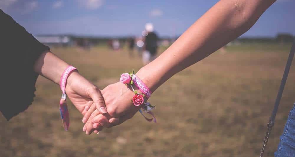Mujeres LGBTQ de la mano